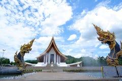 Twee Naga het standbeeld, de Koning van het dier van het nagasserpent in Boeddhistische legende en de blauwe hemel betrekken op a royalty-vrije stock afbeelding