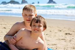 Twee Natte Jongens bij Oceaanstrand royalty-vrije stock foto's