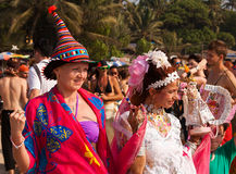 Twee niet geïdentificeerde vrouwen in Carnaval-kostuums bij het jaarlijkse festival van Freaks, Arambol-strand, Goa, India, 5 Febr Royalty-vrije Stock Foto