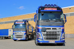 Twee Nieuwe Tankwagens van Volvo FH door een Pakhuis Stock Foto's