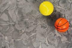 Twee nieuwe zachte rubbertennis en basketbalballen stock foto's