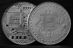 Twee nieuwe zilveren fysieke bitcoins ligt op donkere houten backgound, omhoog sluiten De Foto van de hoge Resolutie Cryptocurren Stock Foto