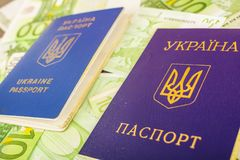 Twee Oekraïense paspoorten op euro bankbiljetten Royalty-vrije Stock Afbeelding