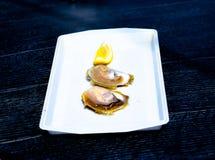 Twee oesters en een plak van citroen Stock Foto's