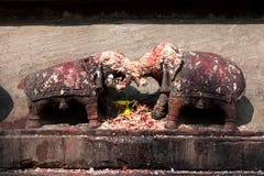 Twee olifantsidool naar gehunkerd standbeeld Stock Foto