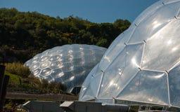 Twee omhoog dichte Eden Project Biomes royalty-vrije stock foto