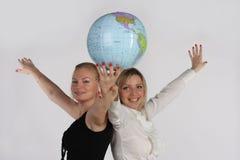 Twee onderneemsters die een bol bekijken Royalty-vrije Stock Foto