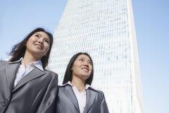 Twee onderneemsters die zich voor de wereldhandelscentrum van China bevinden in Peking Stock Afbeeldingen