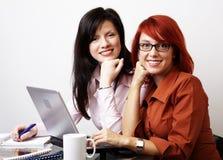 Twee onderneemsters werken Stock Foto's