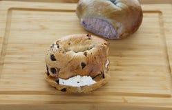 Twee Ongezuurde broodjes aan boord stock foto's