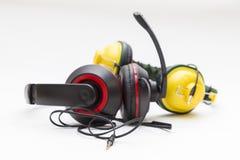 Twee oortelefoons van een verschillende kleur Royalty-vrije Stock Afbeelding
