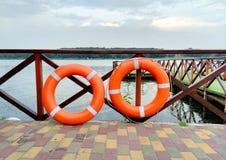 Twee oranje reddingscirkel, noodsituatie, redding verdrinking stock afbeelding