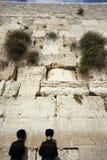 Het bidden bij de Loeiende Muur Stock Afbeeldingen