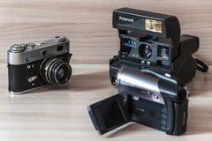 Twee oude camera's en camcorder stock foto