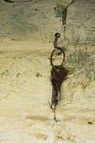 Twee oude die sleutels hangen op een haak in wordt gehamerd de muur royalty-vrije stock afbeelding