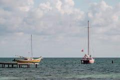 Twee oude die zeilboten in het Caraïbische overzees worden verankerd stock foto