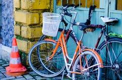 Twee oude fietsen stock foto's