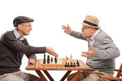 Twee oude mensen die een spel van schaak spelen Royalty-vrije Stock Fotografie
