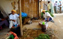 Twee oude mensen in souk van de stad van Rissani in MoroccT Stock Afbeeldingen