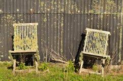 Twee oude stoelen stock fotografie
