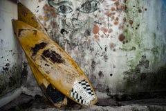 Twee oude surfplanken tegen muur Stock Foto