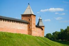 Twee oude torens van het Kremlin in Veliky Novgorod, Juli-middag Rusland royalty-vrije stock afbeeldingen