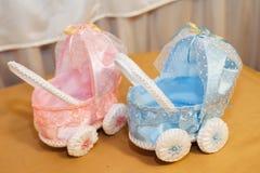 Twee oude uitstekende stuk speelgoed wandelwagens - roze, blauw voor jongen Stock Fotografie