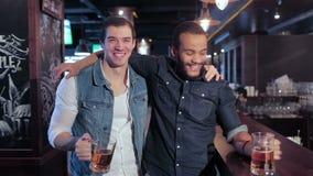 Twee oude vrienden bij de bar ontspannen stock video