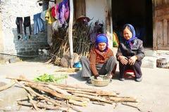 Twee oude vrouwen zingen volksliederen Stock Foto
