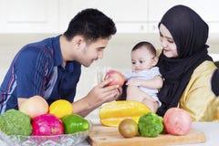 Twee ouders met weinig zoon en vruchten Stock Fotografie