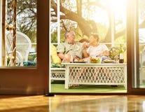 Twee oudsten die diner op terras hebben. Stock Foto