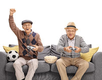 Twee oudsten die voetbalvideospelletje spelen Stock Afbeelding