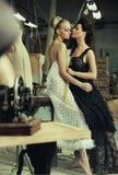 Twee overweldigende dames Stock Foto's