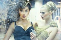 Twee overweldigende dames in een oude fabriek Stock Foto's