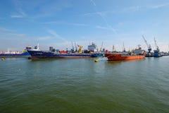 Twee overzeese die tankers bij boeien in de haven van Rotterdam worden gedokt stock foto