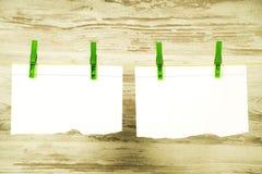 Twee pagina's van een notitieboekje die die op een koord hangen, met groene gespen wordt vastgemaakt royalty-vrije stock afbeeldingen