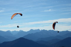 Twee paragrafen-zweefvliegtuig het vliegen Royalty-vrije Stock Foto's