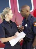 Twee paramedici die bespreking hebben royalty-vrije stock afbeelding