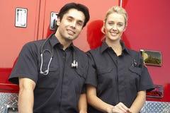 Twee paramedici die samen lachen Stock Afbeeldingen