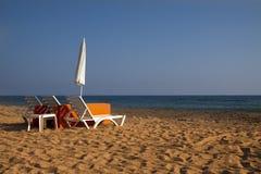 Twee paraplu's op het strand royalty-vrije stock afbeeldingen