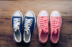 Twee paren schoenen leggen op de houten vloer van de minnaar, om a te doen Stock Afbeeldingen