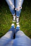 Twee paren schoenen op een groene weide Stock Afbeeldingen