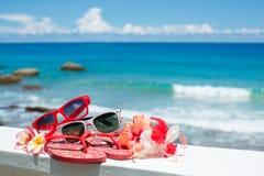 Twee paren zonnebril op achtergrond van oceaan Stock Afbeeldingen