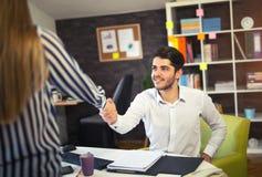 Twee partner het schudden dient het bureau in Royalty-vrije Stock Afbeeldingen