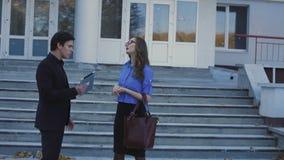 Twee partners die kwestie op de manier bespreken aan huis stock footage