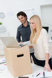 Twee partners die zich in nieuwe bureaus bewegen Stock Foto's
