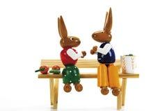 Twee Pasen-konijntjes op bank Royalty-vrije Stock Afbeelding