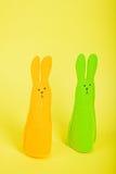 Twee Pasen-Konijntjes op geel Stock Afbeeldingen
