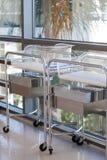 Twee pasgeboren mandewiegen of bedden in het ziekenhuisgang Stock Foto