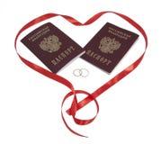 Twee paspoorten, twee ringen in hart. Royalty-vrije Stock Fotografie